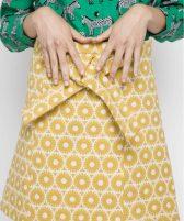 detalle-falda-amarilla-estampado-geometrico (1)
